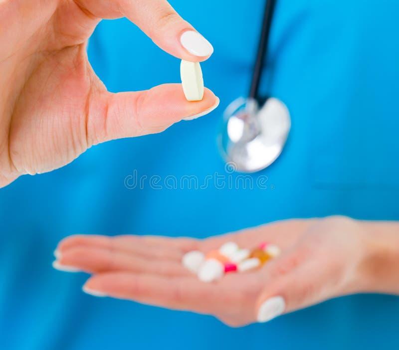 Drogen gehalten von Doktor stockbild