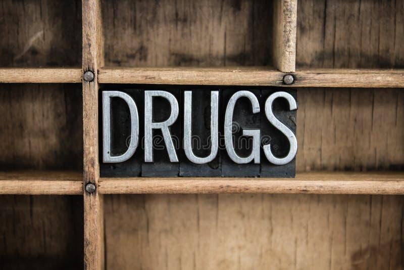 Drogen-Konzept-Metallbriefbeschwerer-Wort im Fach lizenzfreie stockfotos