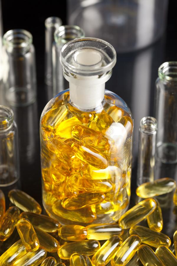 Drogen oder diätetische Ergänzungen und leeren medizinische Behälter stockfoto