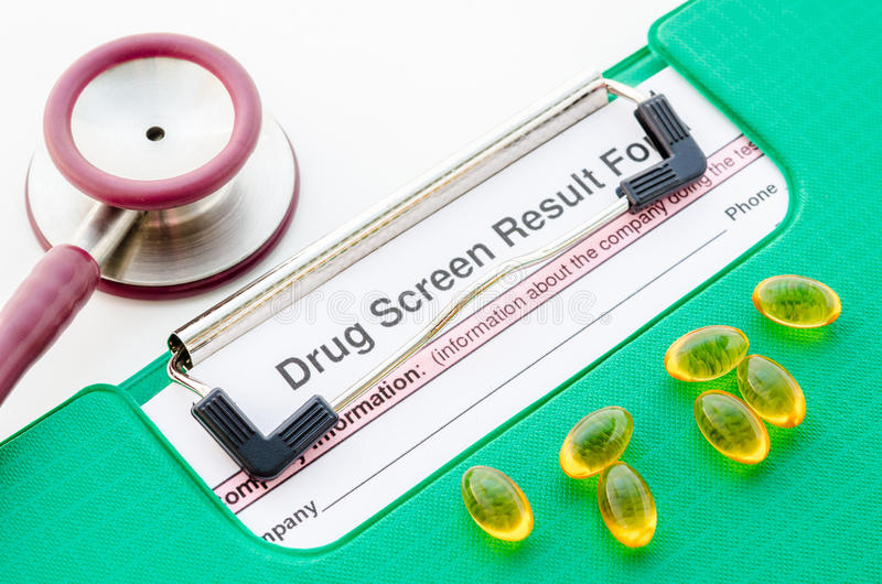 Drogen und Droge sortieren Ergebnisform in der Datei mit Stethoskop aus lizenzfreie stockfotos