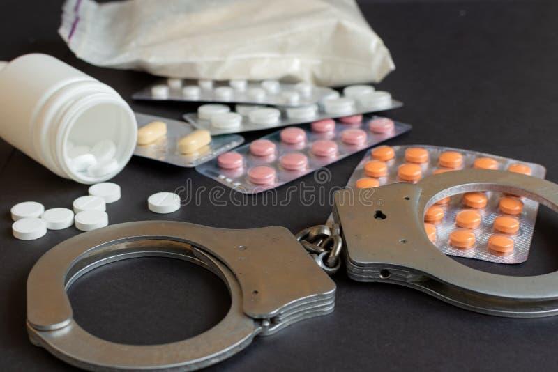 Drogen und Handschellenzusammensetzung Selektiver Fokus stockfotos