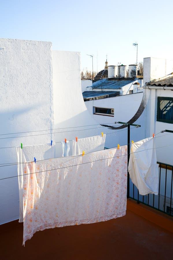 Drogende wasserij in het balkon stock fotografie