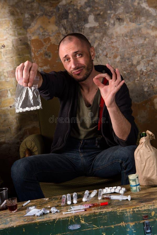 Drogenhändler, der Geld zeigt lizenzfreie stockfotografie