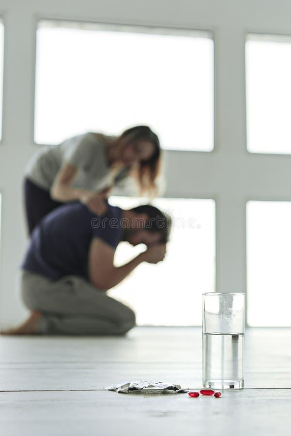 Drogensucht verursacht Probleme in der Familie stockfotos