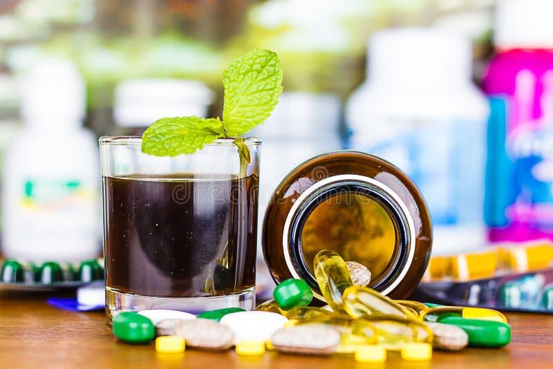 Drogenverordnung für Behandlungsmedikation Pharmazeutischer Medikament, Heilung im Behälter für Gesundheit Apothekenthema stockbilder