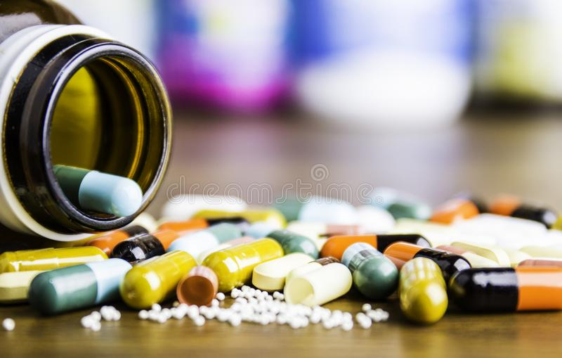 Drogenverordnung für Behandlungsmedikation Pharmazeutischer Medikament, Heilung im Behälter für Gesundheit Apothekenthema, Kapsel lizenzfreie stockfotografie
