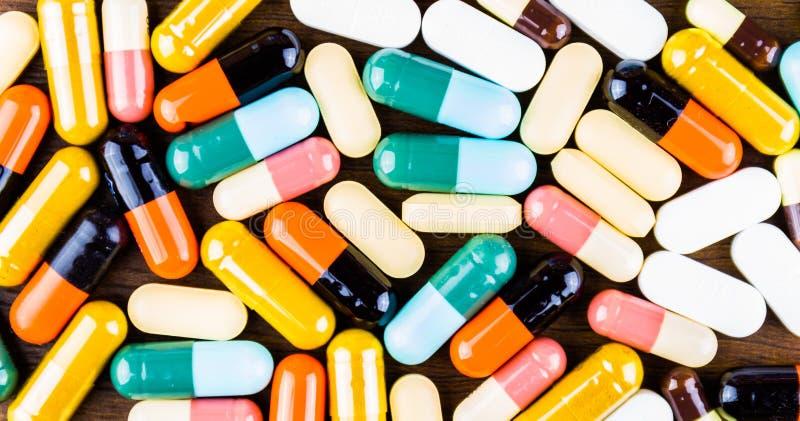 Drogenverordnung für Behandlungsmedikation Pharmazeutischer Medikament, Heilung im Behälter für Gesundheit Apothekenthema, Kapsel stockfotos