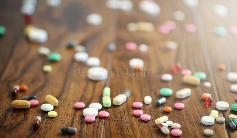 Droger och mynt i en glass krus på ett trägolv Fick- besparingar arkivfoto