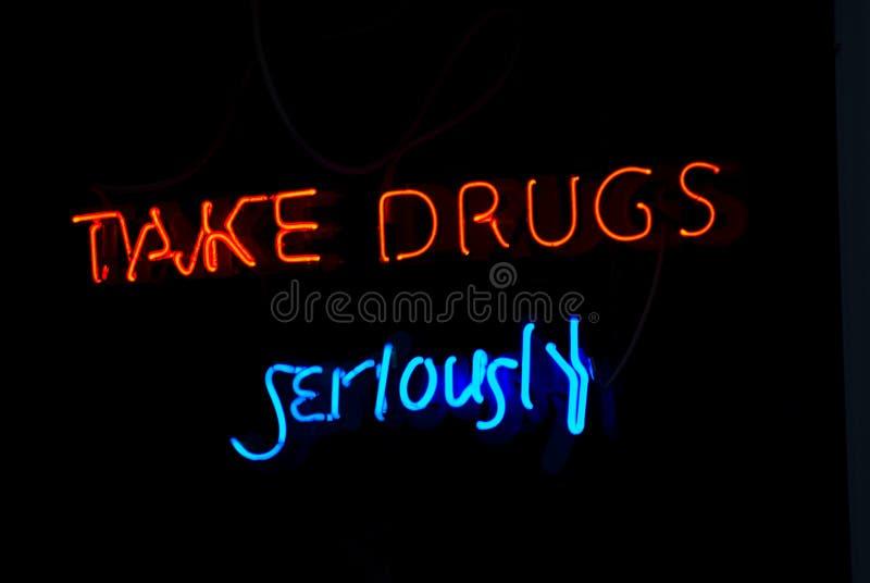 droger undertecknar allvarligt taken arkivbild