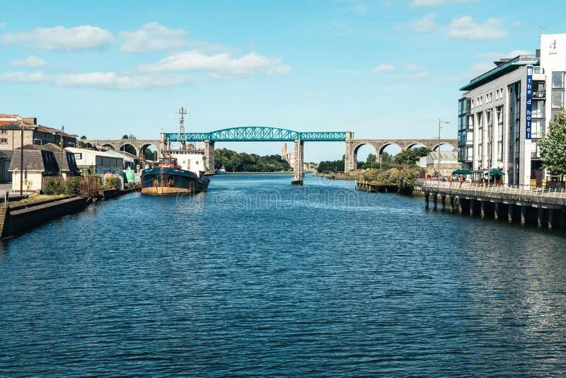Drogheda Irland - Juli 16, 2017: En sikt av den Boyne viadukten - en järnvägsbro över floden Boyne royaltyfri bild