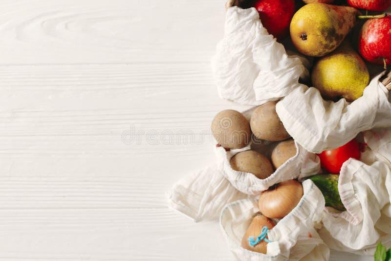 drogherie nelle borse di eco borse naturali di eco con i frutti e il vegetabl immagine stock