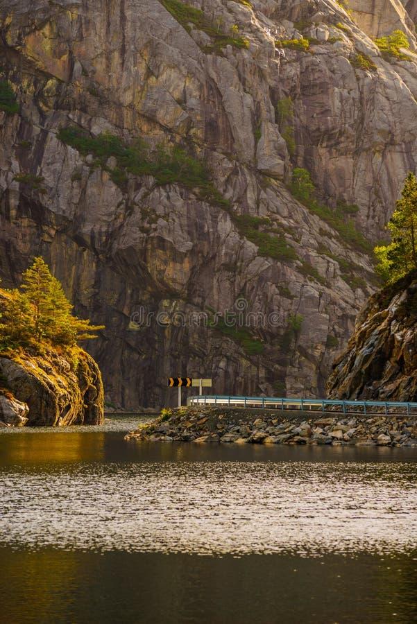 Drogi i fjord krajobraz w Norwegia obrazy royalty free