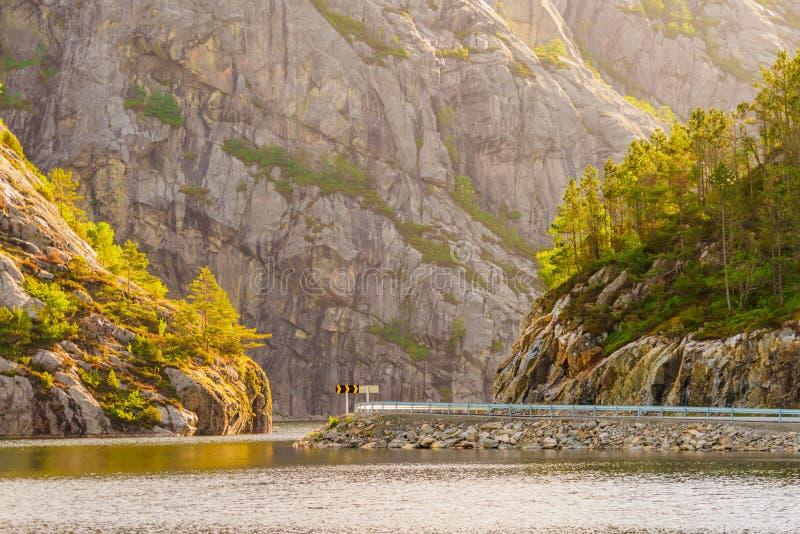 Drogi i fjord krajobraz w Norwegia fotografia stock