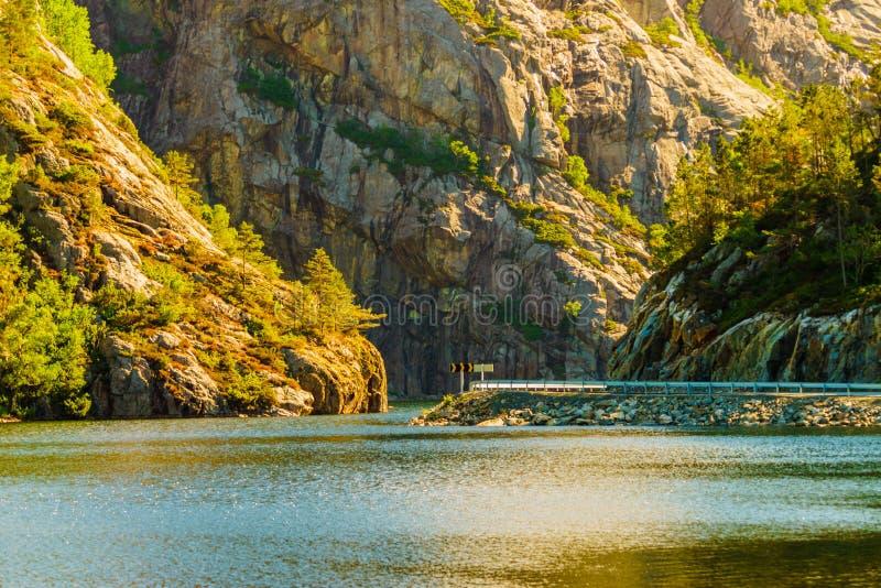 Drogi i fjord krajobraz w Norwegia obraz stock