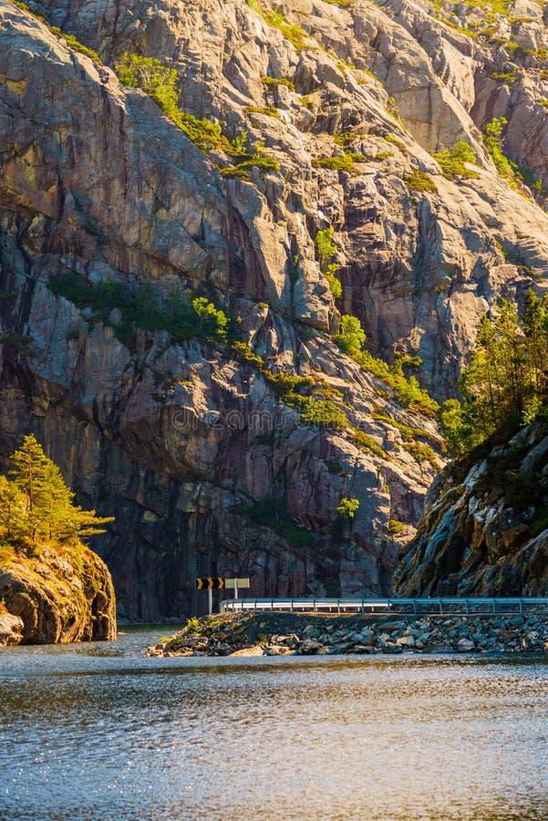 Drogi i fjord krajobraz w Norwegia obrazy stock