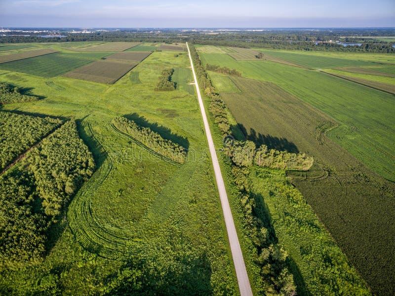Drogi i ziemi uprawnej widok z lotu ptaka obraz stock