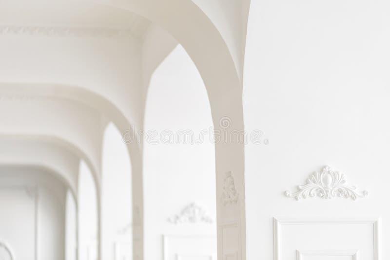 Drogi luksusowy wnętrze Ostrość na środku Sztukateryjni elementy na linii lekkie kolumny wzorzysty biel bagiety zdjęcie royalty free