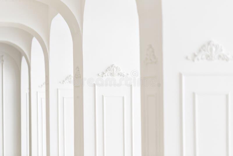 Drogi luksusowy wnętrze Ostrość na środku Sztukateryjni elementy na linii lekkie kolumny wzorzysty biel bagiety zdjęcia stock