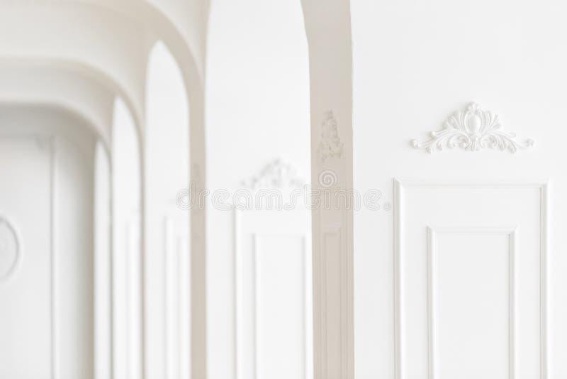 Drogi luksusowy wnętrze Ostrość na środku Sztukateryjni elementy na linii lekkie kolumny wzorzysty biel bagiety obraz stock