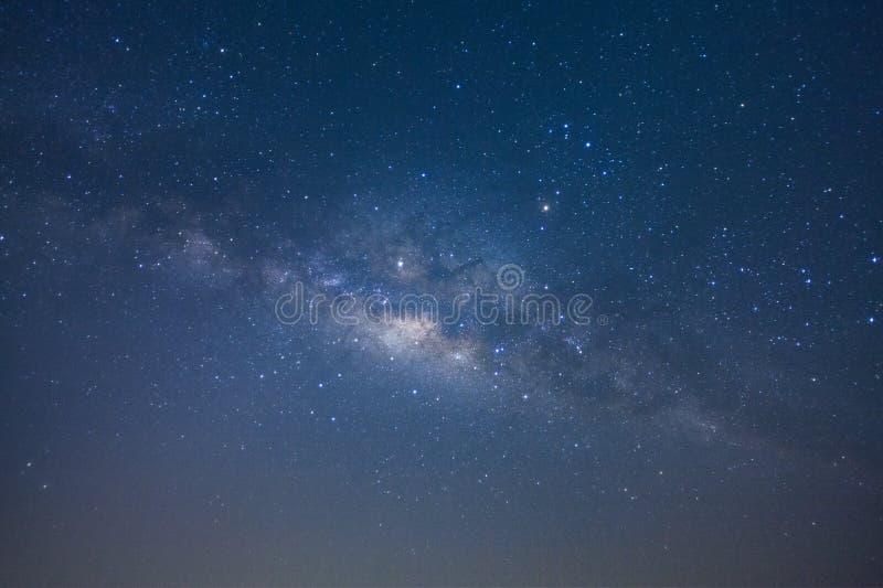 Drogi Mlecznej galaxy z gwiazdami i astronautycznym pyłem w wszechświacie, Długa ujawnienie fotografia z adrą, zdjęcie royalty free