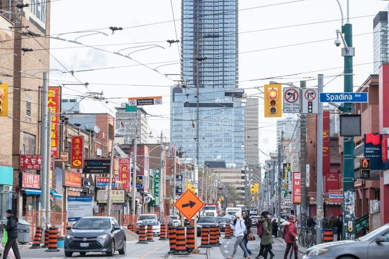 Drogi naprawa na typowej Amerykańskiej ulicie w centrum Toronto z budów baryłkami, ciężkim drogowym ruchem drogowym i objazdów zn obrazy stock