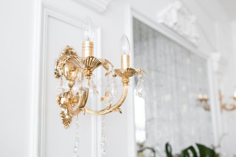 Drogi wnętrze Elektryczny świecznik Biel ściana dekorująca z sztukateryjnym formierstwem wzorzysty biel Bagieta element fotografia stock