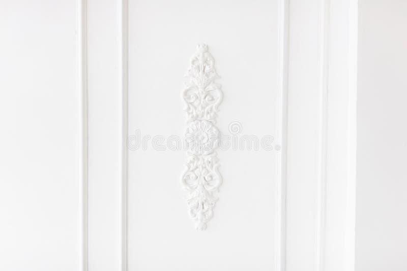 Drogi wnętrze Elementy stucco na lekkiej luksusowej ścianie Biały z wzorem Element odlewniczy z gipsu Styl roccoco fotografia stock