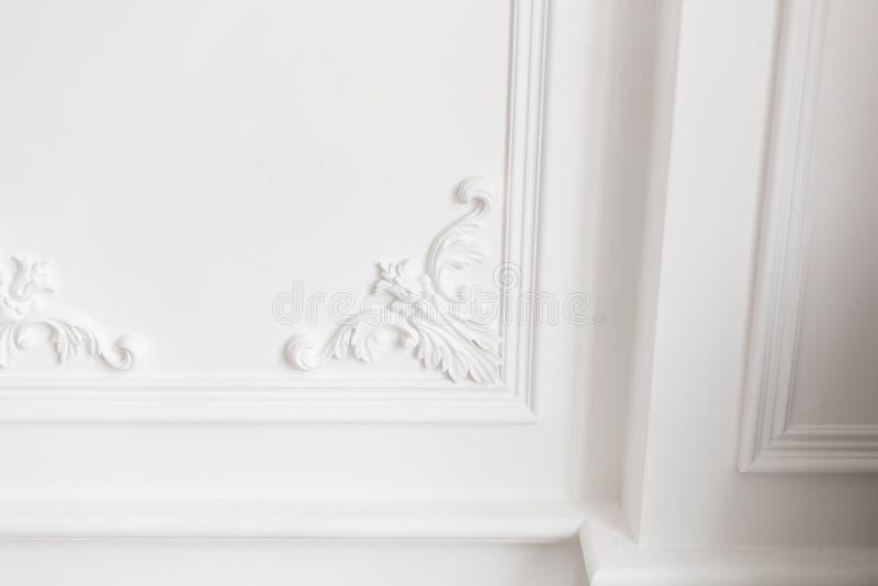 Drogi wnętrze Sztukateryjni elementy na lekkiej luksus ścianie wzorzysty biel Bagieta element od gipsu Roccoco styl zdjęcia stock