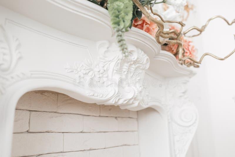 Drogi wnętrze Sztukateryjni elementy na lekkiej luksusowej grabie wzorzysty biel Bagieta element od gipsu Roccoco fotografia royalty free
