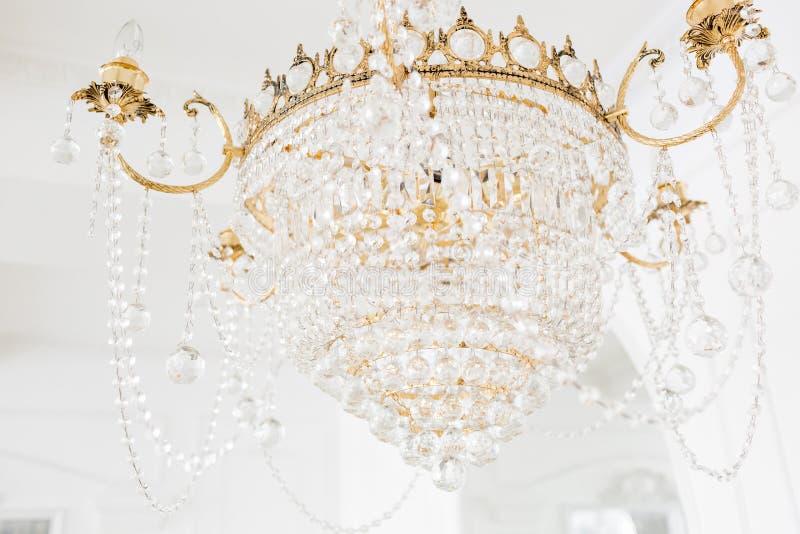 Drogi wnętrze Wielki elektryczny świecznik robić przejrzyści szklani koraliki Biały sufit dekorujący z stiukiem fotografia stock