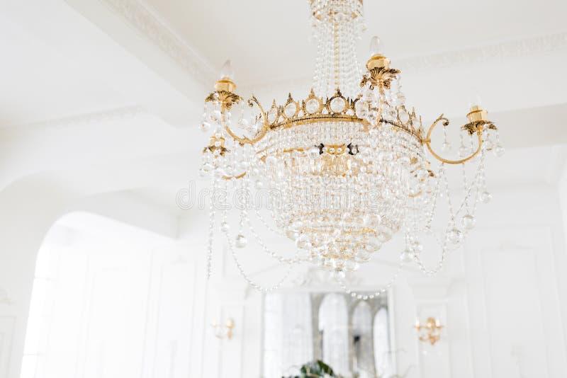 Drogi wnętrze Wielki elektryczny świecznik robić przejrzyści szklani koraliki Biały sufit dekorujący z stiukiem obrazy royalty free
