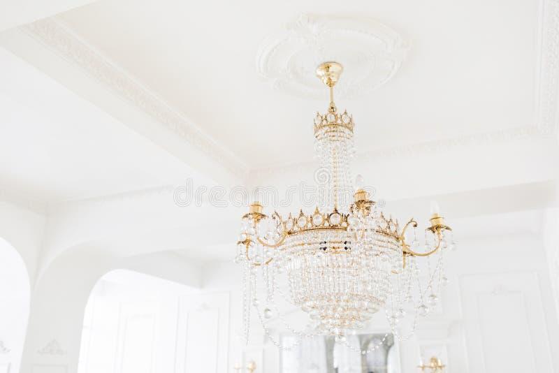 Drogi wnętrze Wielki elektryczny świecznik robić przejrzyści szklani koraliki Biały sufit dekorujący z stiukiem zdjęcie stock
