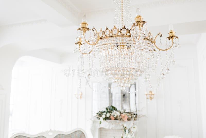 Drogi wnętrze Wielki elektryczny świecznik robić przejrzyści szklani koraliki Biały sufit dekorujący z stiukiem obraz royalty free