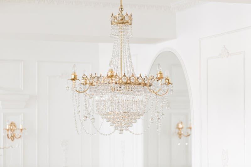 Drogi wnętrze Wielki elektryczny świecznik robić przejrzyści szklani koraliki Biały sufit dekorujący z stiukiem zdjęcia stock