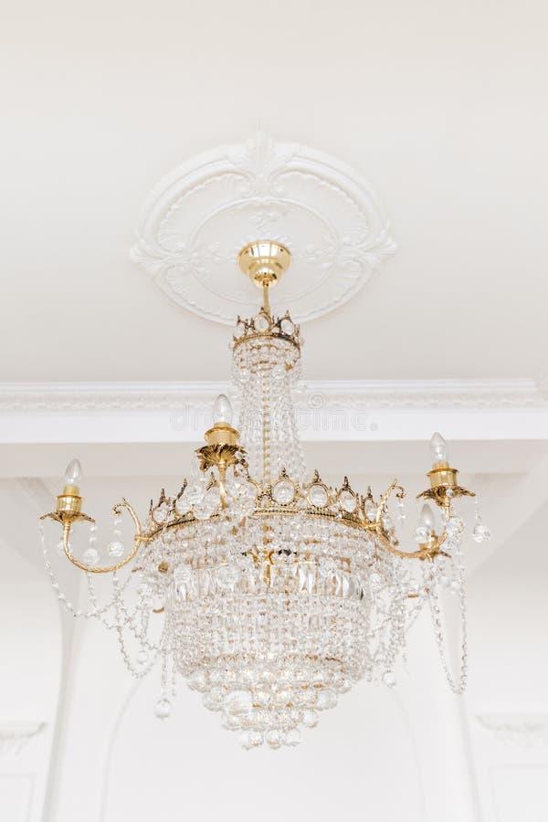 Drogi wnętrze Wielki elektryczny świecznik robić przejrzyści szklani koraliki Biały sufit dekorujący z stiukiem fotografia royalty free