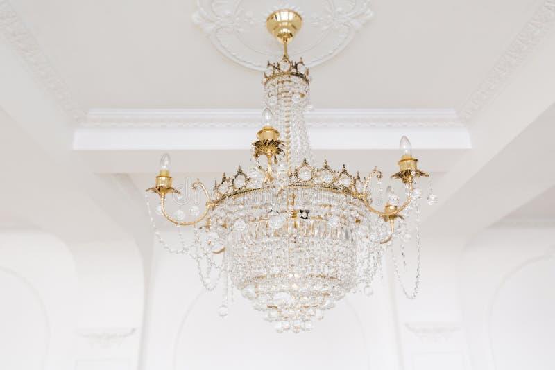 Drogi wnętrze Wielki elektryczny świecznik robić przejrzyści szklani koraliki Biały sufit dekorujący z stiukiem obrazy stock