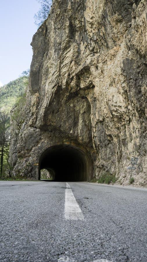Drogowe tunelowe góry Durmitor park w Montenegro niebezpieczn? drog? fotografia royalty free