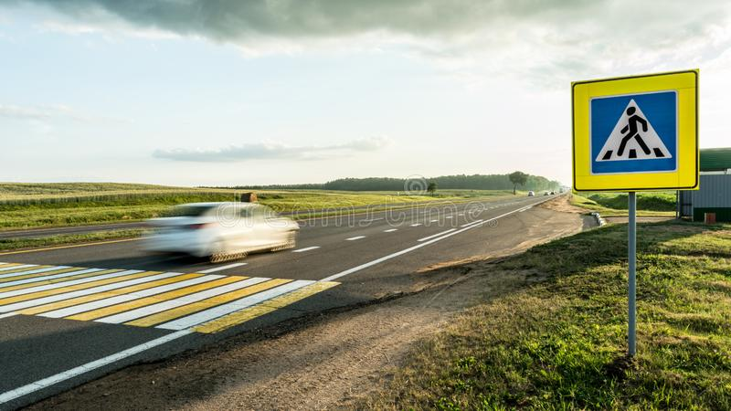 Drogowego ocechowania zwyczajny skrzyżowanie na krakingowym asfalcie, poruszającym samochodzie przez zwyczajnego skrzyżowania lub obraz stock
