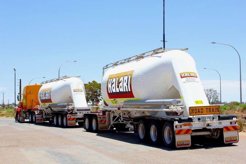 Drogowego pociągu ładunku ciężarówka, Australijski odludzie zdjęcia stock