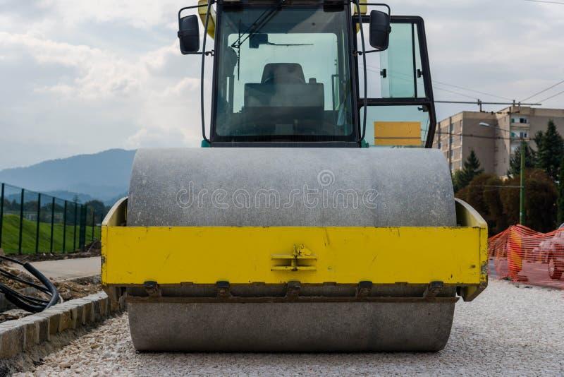 Drogowego rolownika frontowy widok na budowie zdjęcia stock