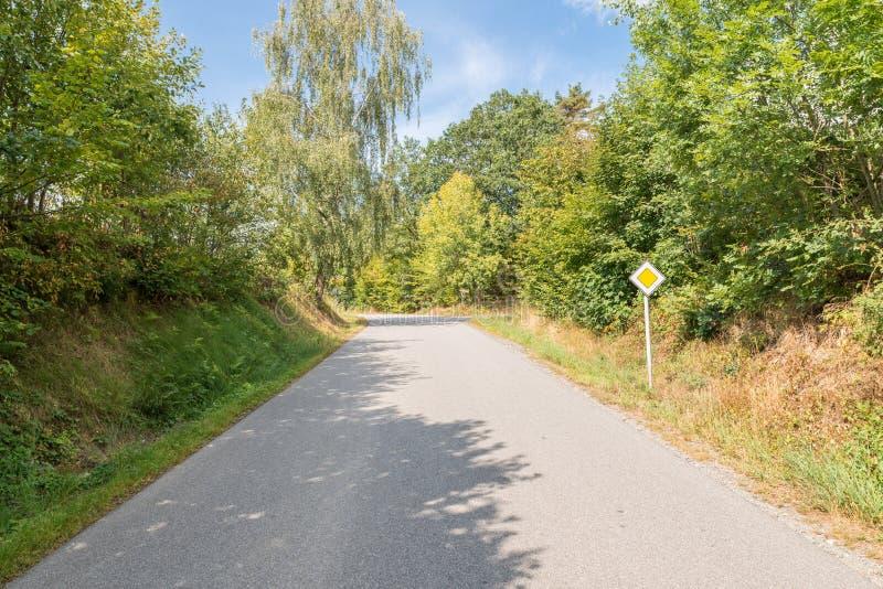 Drogowego ruchu drogowego znaka priorytetu droga w wiosce, Niemcy zdjęcie stock