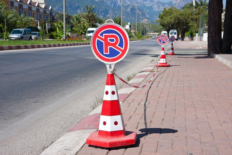 Drogowego znaka ` żadny parking ` stojaki blisko jezdni w mieście, fotografia royalty free