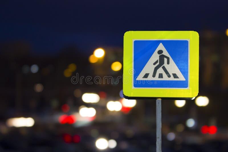 Drogowego znaka zwyczajny skrzyżowanie na nocy zdjęcia royalty free