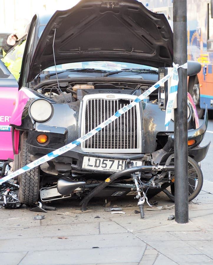 Drogowej wypadek uliczny kraksy samochodowej taxi czerni Londyńska taksówka i bicykle fotografia royalty free