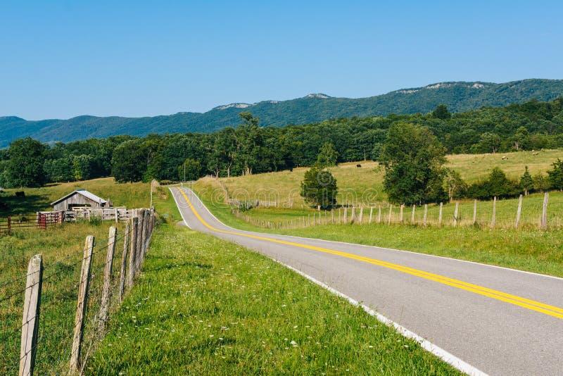Drogowi i rolni pola w wiejskich Potomac średniogórzach Zachodnia Virginia fotografia royalty free
