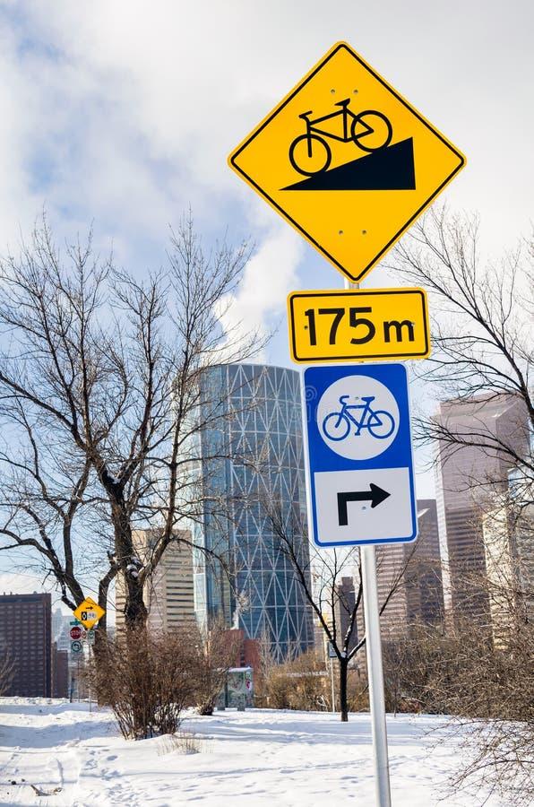 Drogowi znaki wzdłuż Rowerowej ścieżki na Pogodnym zima dniu obraz royalty free