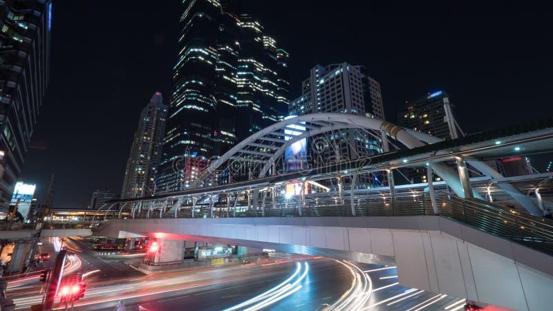 Drogowy i zwyczajny wiadukt w nocy Bangkok fotografia royalty free