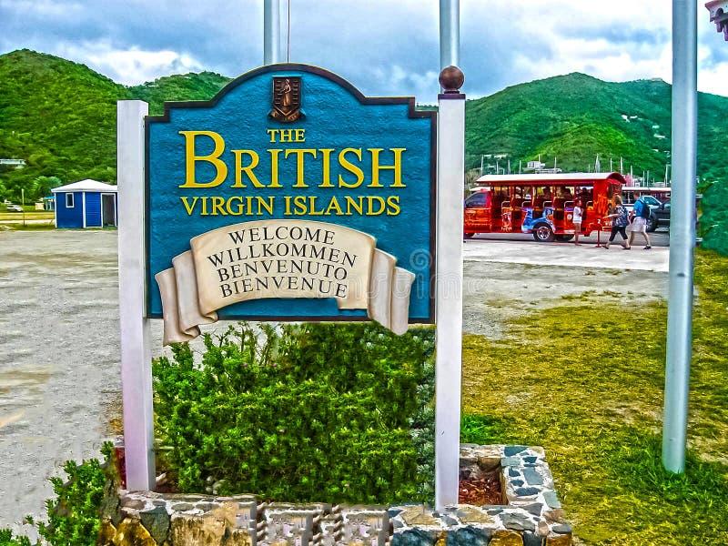 Drogowy miasteczko, Brytyjskie Dziewicze wyspy - Luty 06, 2013: Obrazek kolorowy autobusu trener fotografia stock