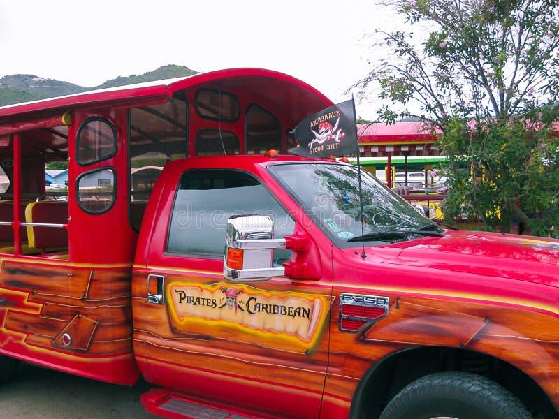 Drogowy miasteczko, Brytyjskie Dziewicze wyspy - Luty 06, 2013: Obrazek kolorowy autobusu trener obrazy royalty free