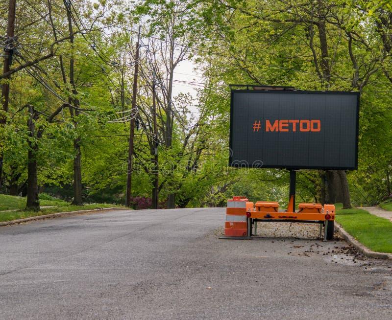 Drogowy ostrzegawczy informacja znak na przyczepie z DOWODZONĄ twarzą na podmiejskiej sąsiedztwo ulicie która mówi MeToo wykładał obrazy stock